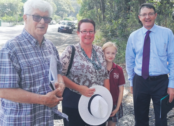 Point Clare traffi c campaigners, from left: Mr Tony Buckley, Ms Tracey Hawkins-Budge and Charlotte Budge with Parliamentary Secretary for the Central Coast Mr Scot MacDonald