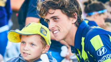 Lachie Wales with a young Mariners fan. Image CCMFC