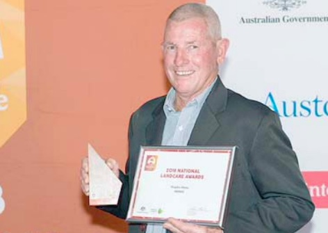 Mr Graeme Johnson with Clean4Shore's People's Choice Award