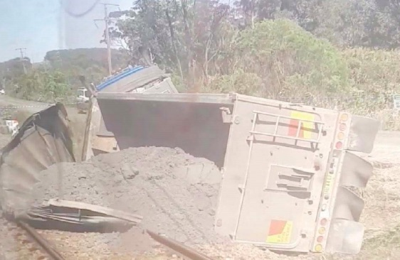 The truck, laden with fi ll, closed the rail line for several hours